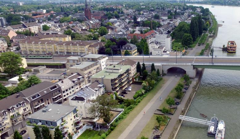 Luftaufnahme des Standortes der Live-Streaming Webcam in Bonn an der Kennedybrücke mit dem Rhein.