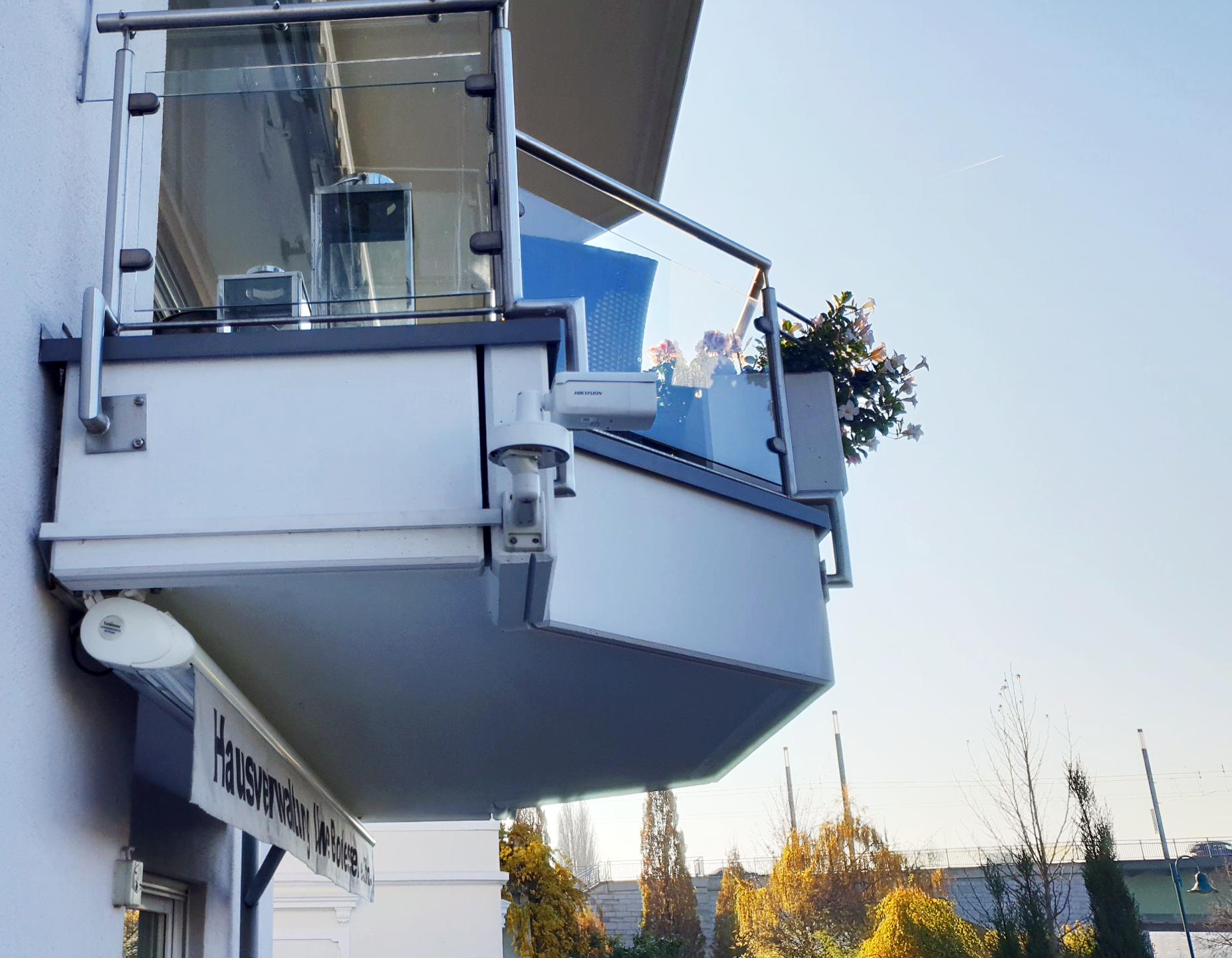 Statische Livecam STA-8 von Hikvision für Livestreaming an einem Balkon montiert.